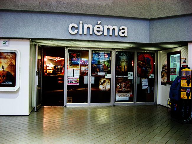 سینما دلار جایی است که با پرداخت فقط ۲ و نیم دلار میتوان بلیت خرید و فیلم دید
