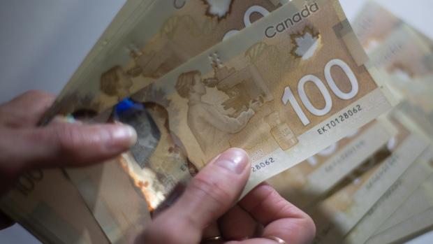 اعضای این شبکه با اسناد جعلی پول در بانکها جابجا میکردند