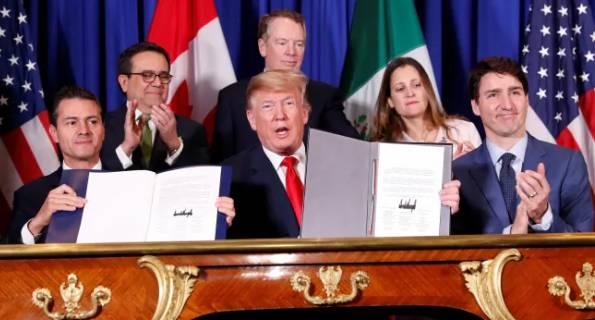 جاستین ترودو از بالا آوردن و نمایش نسخه امضا شده قرارداد خودداری کرد. / Photo: Kevin Lamarque/Reuters