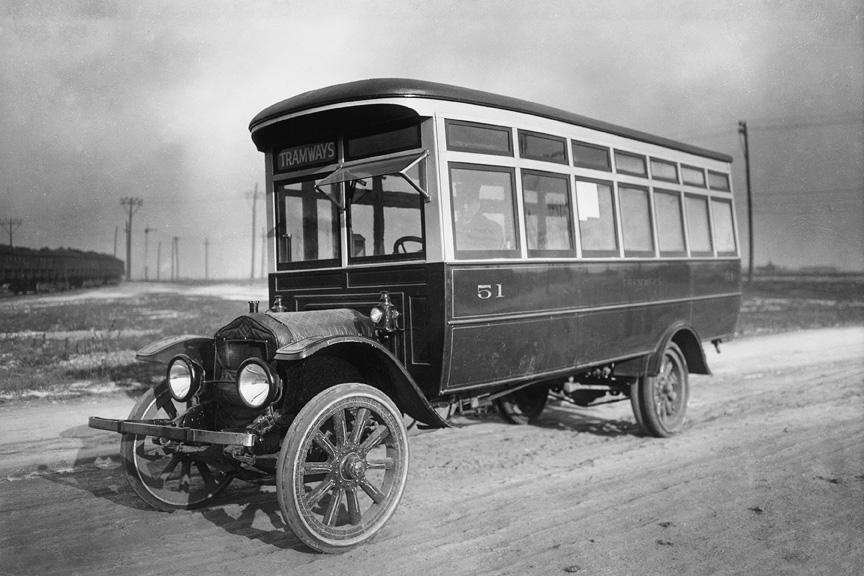 اولین اتوبوسهای مونترال در مسیر خیابان بریج / Photo: STM