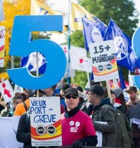 فشار برای افزایش حداقل دستمزد کارگران کبکی به ۱۵ دلار در ساعت / Graham Hughes/Canadian Press