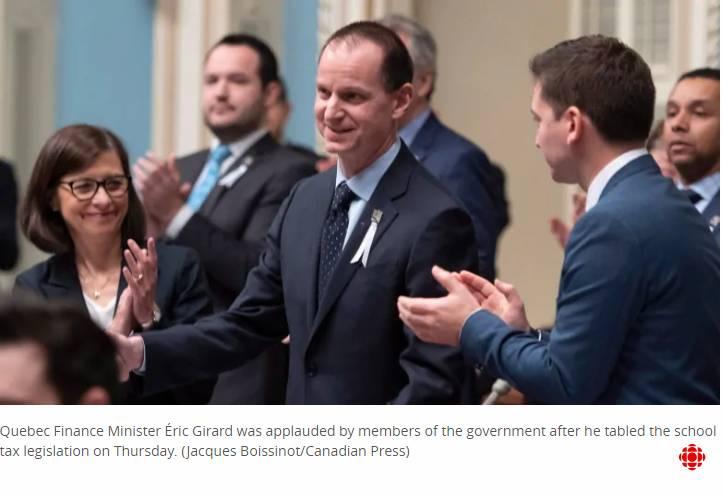 اعضای دولت کبک، اریک ژیرارد، وزیر امور اقتصادی استان را پس از تقدیم لایحه یکسانسازی «مالیات مدرسه» تشویق میکنند. / Jacques Boissinot/Canadian Press