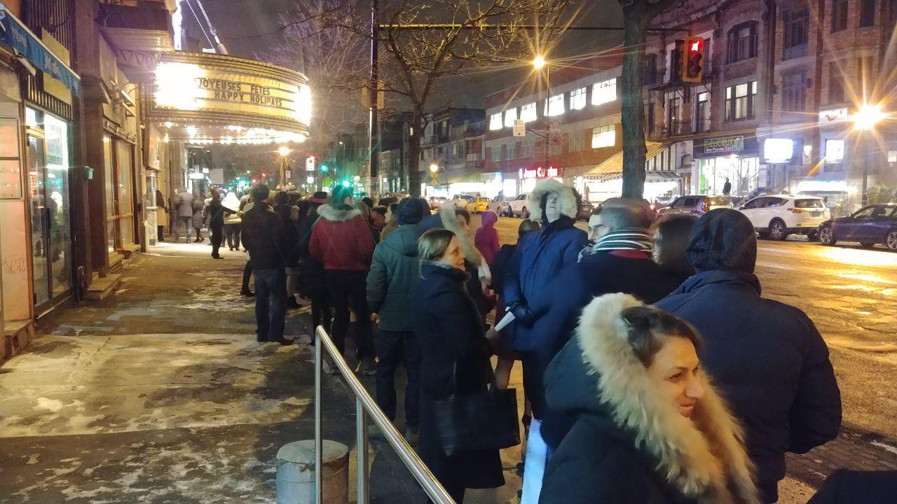مردم برای ورود به سالن ریالتو مجبور شدند مدتی نسبتا طولانی و در هوای سرد، در انتظار بمانند / Photo: Shahram Yazdanpanah - MEDAD