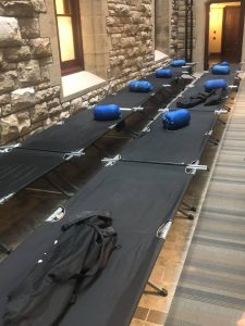 تختخواب سفری و کیسه خواب برای نمایندگان لیبرال مجلس عوام هنگام رای گیری بودجه ۲۰۱۹