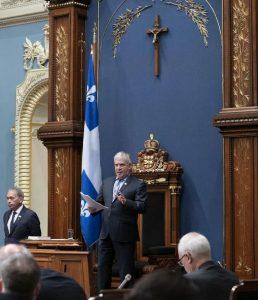 با تصویب قانون ۲۱، صلیبی که بالای سر سخنگوی مجلس نصب شده، برداشته خواهد شد / image: THE CANADIAN PRESS