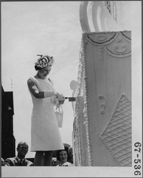 عکسی از ملکه الیزابت در حال بریدن کیک در صدمین ساگرد «روز کانادا» / اول ژوئیه 1967، اتاوا / آرشیو ملی کانادا / News Dog Media