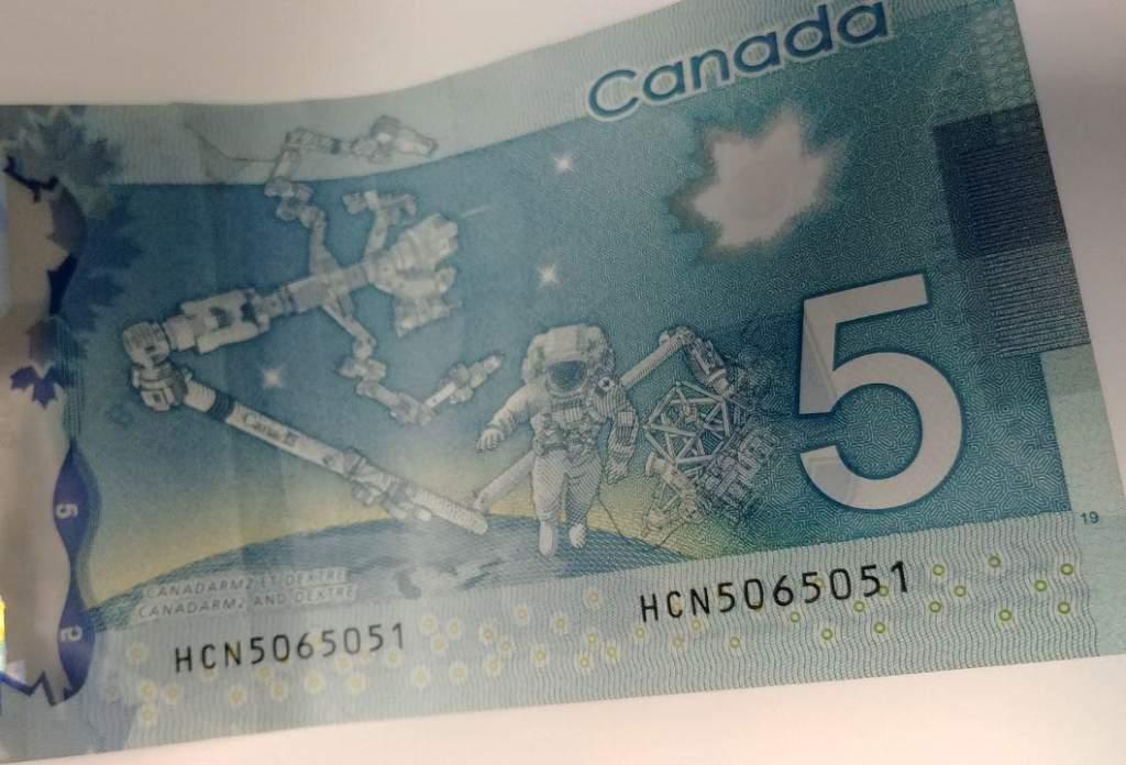 قش کانادارم CANADARM روی اسکناسهای ۵ دلاری کانادا نقش بسته است.