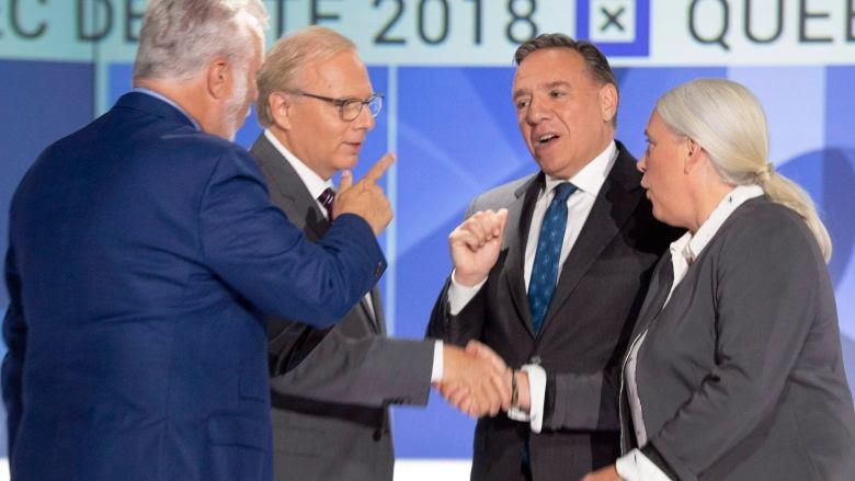 فیلیپ کویارد در حالی با تحکم به فرانسوا لوگو اشاره میکند که ژان-فرانسوا لیزه و منو مسی دست یکدیگر را میفشارند / PHOTO: Ryan Remiorz/Canadian Press