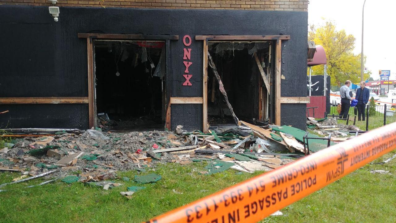 مشاهدات نشان میدهد احتمالا ماده آتشزایی از این پنجره به داخل رستوران پرتاب شده است / Photo: Shahram Yazdanpanah / Medad