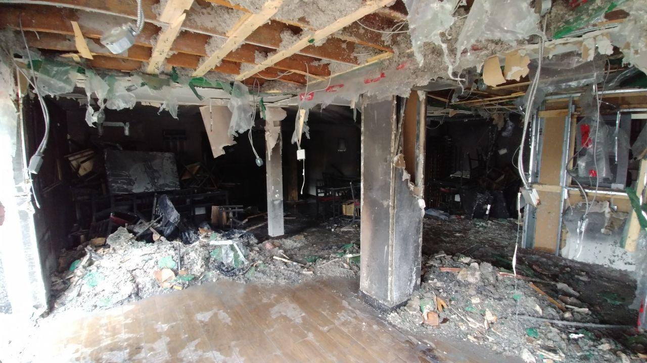 سالن پذیرایی رستوران کاملا از بین رفته است. / Shahram Yazdanpanah / Medad