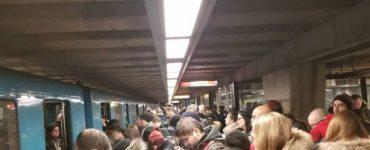 صدها نفر در ایستگاه متروی لانگوی در خط زرد منتظر راهاندازی مجدد مترو هستند. Photo: Josianne Pelletier via CBC